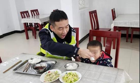 无奈之下,民警又打开了食堂内的电视机,让小男孩看着电视吃饭。