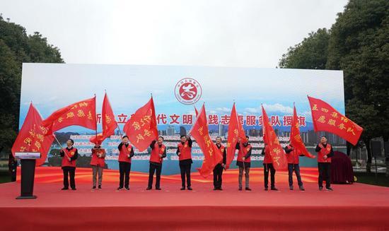 志愿服务队授旗。 桐宣 摄