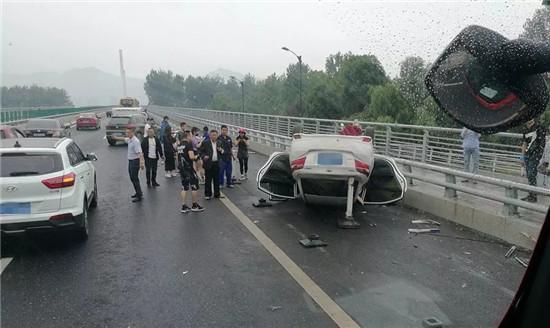 杭州1女司机车祸致翻车 胸部被护栏刺穿直见肺部(图)