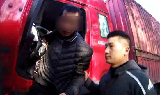 图为被抓获的犯罪嫌疑人(左)。嘉善公安供图