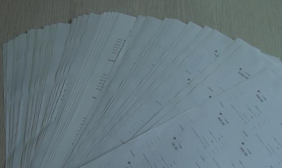警方调查一沓厚厚的转账记录 乐清警方供图