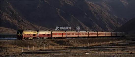 2016年,南疆铁路德代沟到德文托盖区间,西安开往阿克苏的K169次经过,拍摄于寄宿的牧民家旁。