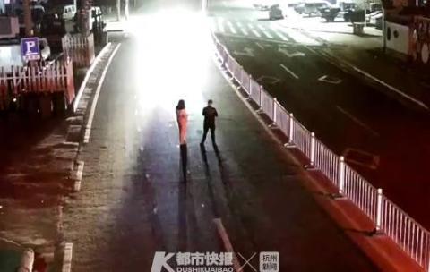 浙男子站在马路中间以身试爱被小货车撞飞 被判全责