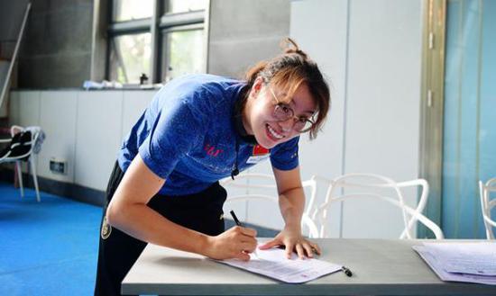 傅园慧在反兴奋剂承诺书上签名。新华社记者 胡超 摄
