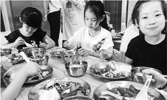 孩子们排排坐,开饭喽。