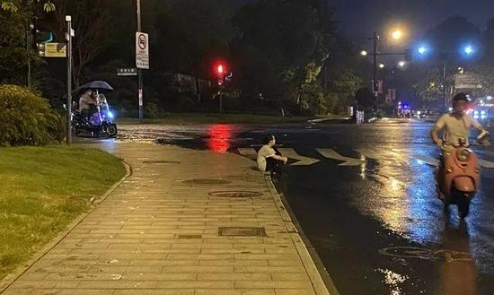 杭州暴雨突袭 9岁女儿在路边等交警爸爸4个多小时
