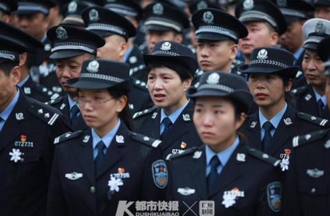 为保护群众壮烈牺牲 台州万人挥泪送别王歆梁峰烈士
