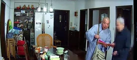 假和尚在说服老人家拿钱出来。图片由受访者提供
