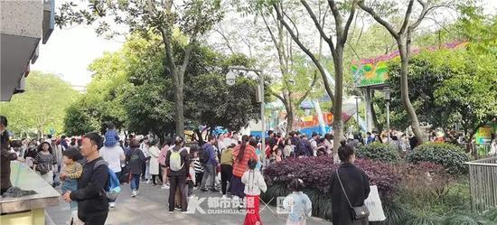 杭州西湖边的少年宫游乐场人气爆棚 项目排起长队