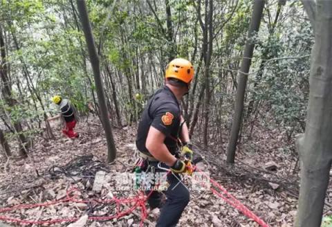 救援队正在搜寻