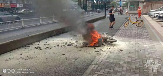 杭州一电瓶车骑行中突然着火 沙县小吃老板帮忙灭火