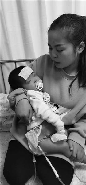母亲徐星星抱着小怡。