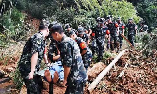受台风影响黄岩白石村断路断电断网 军民接力救伤员