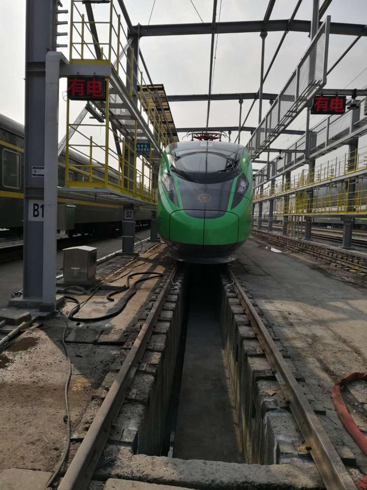 停靠在南星桥铁路车场的绿巨人