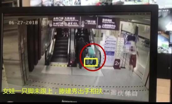 视频监控显示,事情发生前后不到一分钟。
