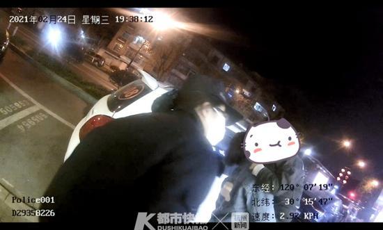 刚学会走路就跑了出来 杭州1男孩碰到警察叔叔求抱抱