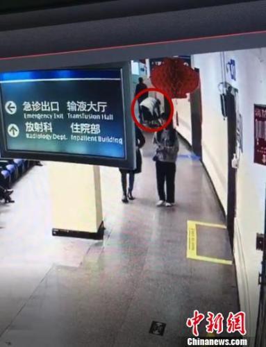 图为:监控显示疑似有人弯腰捡东西 台州市中心医院供图 摄
