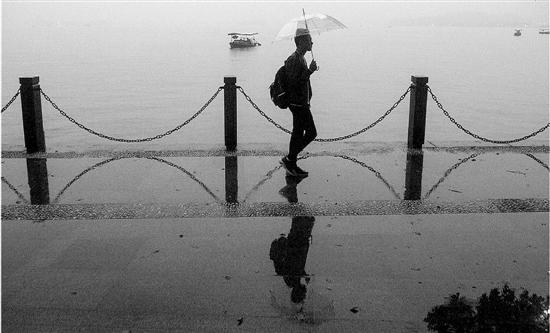 10月21日午后,杭城开始阴雨绵绵,雨雾笼罩中的西湖别有一番韵味。 拍友 王荣贵 摄