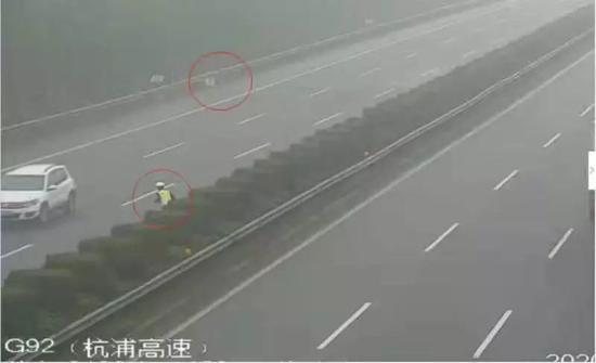 女子和婴儿被弃高速 浙民警飞车20公里横跨6车道救援