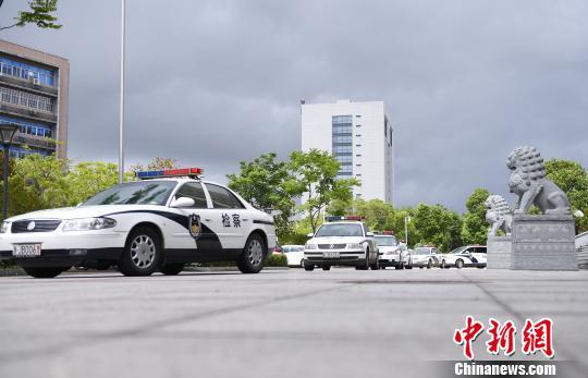 图为:警车出动。椒江区人民检察院供图