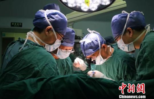 男子捐2.5米小肠救子 系浙江首例亲体小肠移植手术