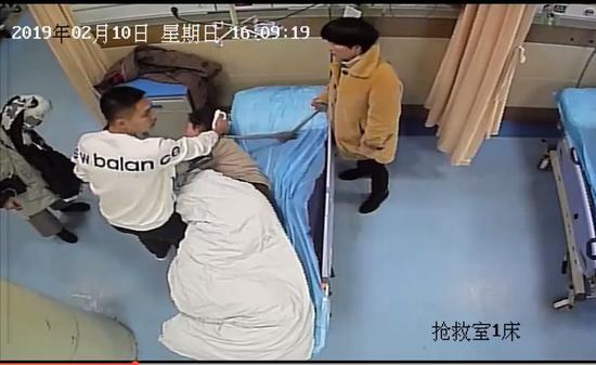 ?#22025;?#22899;子急救现场。 杨宇翔 摄