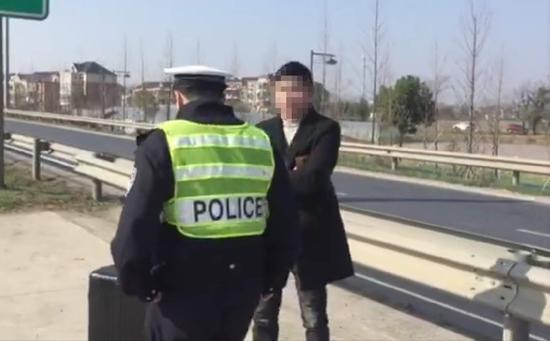 高速交警对违规闯入高速路段的行人进行劝阻。 杭州高速交警 供图