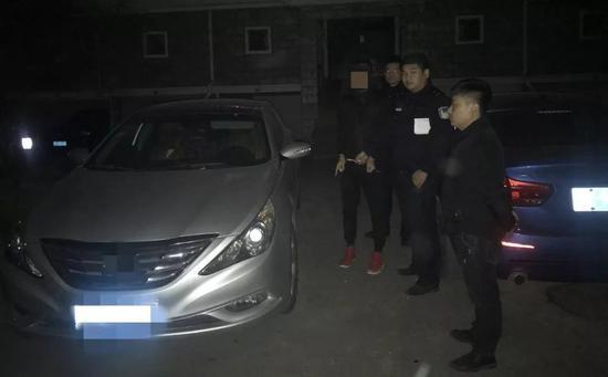 杭州男子凌晨在小区拉车门 专偷驾驶证和行驶证勒索