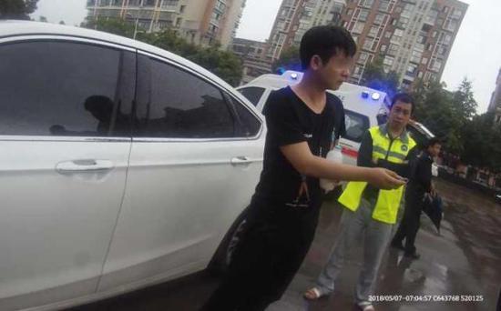"""""""给,帮我把车停停好。""""刚下了车的冯某迷迷糊糊,将民警当成了停车场的代停员。"""