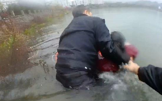 图为:陈欢聪跳入河水就轻生女子。 林利军 摄