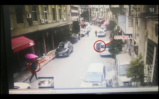 民警在车辆附近一隐蔽位置进行蹲守 。 平阳警方供图