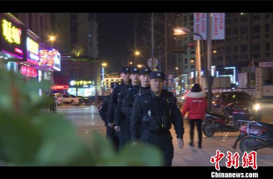 除夕,吕月华和他的队员们在街道上巡逻 公安提供