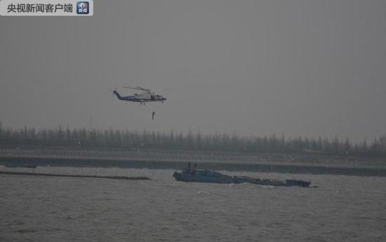 直升机救助搁浅船只。