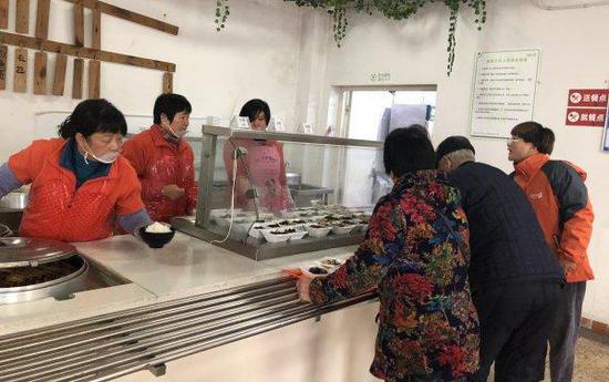 乌镇六色营养餐厅内,老人在选餐。