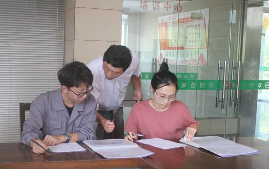 图为:辽宁科技大学大学生在常山企业实习。常山县人力社保局供图