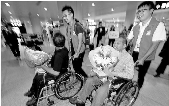 衢州旅游人在机场接到了刘天林(右二)。