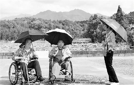 刘天林一行在游览江山市江郎山、廿八都古镇、清漾毛氏文化村等地。