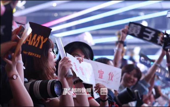 演唱会现场,观众手上各种应援手幅都由粉丝站或后援会提供。