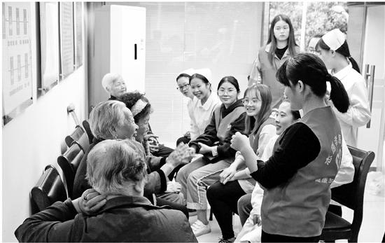 下图:热情的学生们在陪老人们谈心。