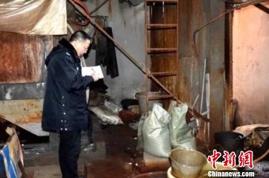 执法人员现场取证。 浙江生态环境微信 摄