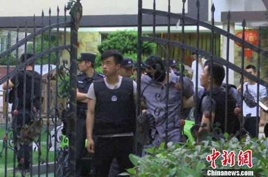 杭州滨江虞关荣涉嫌黑恶犯罪团伙案抓捕现场。浙江警方 供图