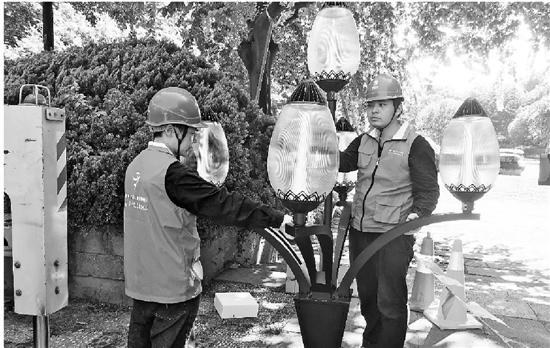 杭州路灯管理所的师傅们正在给少年宫广场换灯。