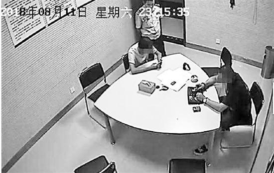 民警深夜给两人做调解工作。