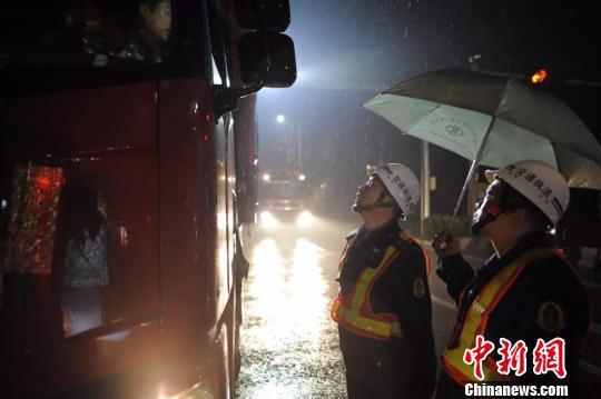 图为:金兵生雨夜执法。海盐交通运输局供图