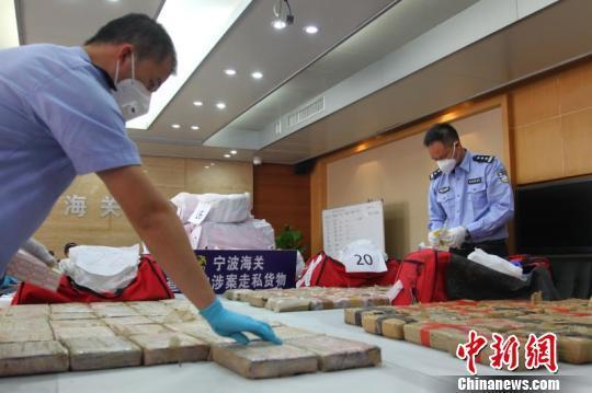 宁波海关缉私警察清点相关毒品案涉案毒品。宁波海关供图