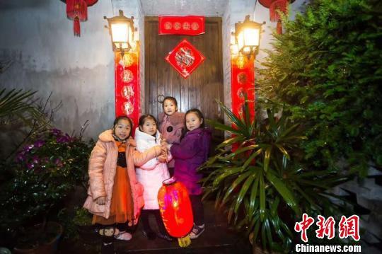 四个女孩提着红灯笼参与游街 王敏智 摄