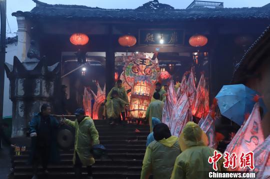 """小马埠村的""""板龙""""共有45节,需要60多名村民配合才能舞动 遂昌提供"""