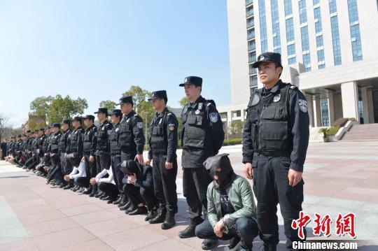 图为:涉嫌网络诈骗违法人员押回浙江三门 林利军 摄