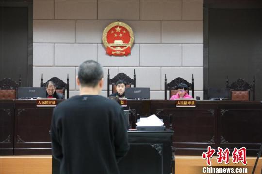 富阳区人民法院对该案进行一审现场。 富阳纪委供图 摄