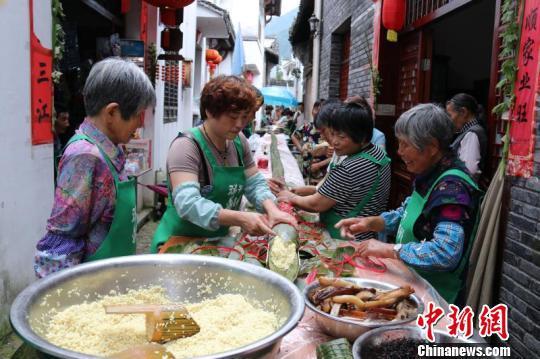 村民齐心协力制作70米感恩长粽。遂昌提供